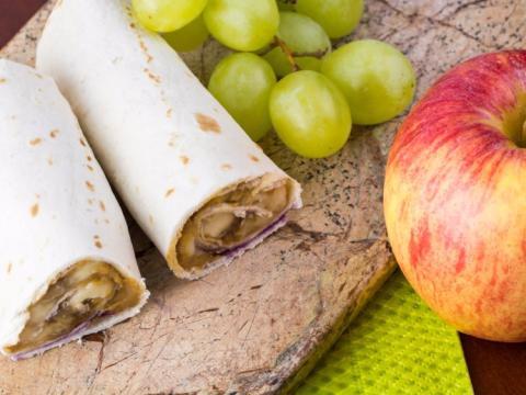 Un wrap y piezas de fruta