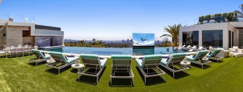 Una piscina infinita con baldosas de vidrio de 26 metros de largo hace de este lugar perfecto para fiestas [RE]
