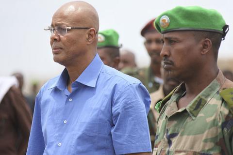 Abdiweli Sheikh Ahmed, junto a un soldado