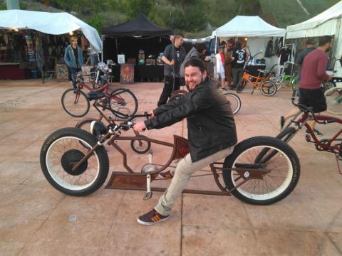 Uno de los asistentes, subido a una bicicleta custom