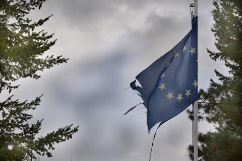 Bandera de la Unión Europea rota