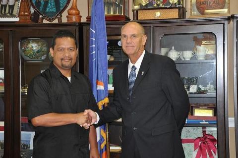 Casten Nemra junto al embajador de EEUU Thomas Armbruster
