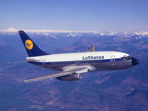 Un Lufthansa Boeing 737-100.