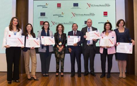 La directora general de la Mujer de la Comunidad de Madrid con los galardonados