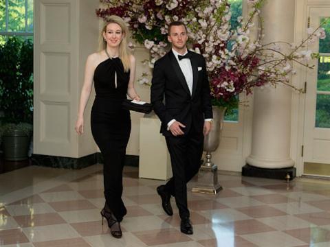 Elizabeth y Christian Holmes.