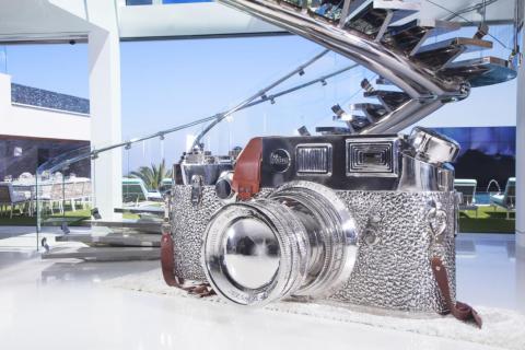 ...una enorme escultura de una cámara Leica que ha sido valorada en un millón de dólares... [RE]