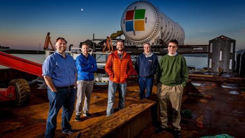 El equipo del proyecto Natick de Microsoft en un muelle en las islas Orcadas, Escocia. De izquierda a derecha: Mike Shepperd, Sam Ogden, Spencer Fowers, Eric Peterson y Ben Cutler.