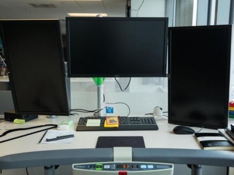 El CEO de Zillow Group, Spencer Rascoff, tiene varias pantallas en su escritorio, pero también usa cuadernos y notas adhesivas.