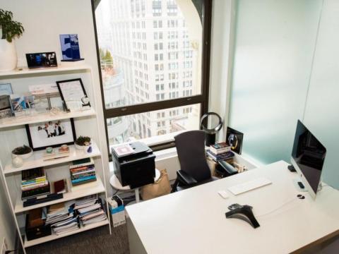 Philip Krim, fundador y CEO de Casper, tiene un escritorio claro, pero mantiene una plétora de libros y fotos en un estante cercano.