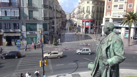 Estatua del Marqués de Larios con la calle Larios al fondo.