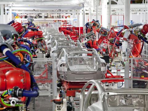 Los empleados de Tesla le dijeron a Bloomberg que habían trabajado en turnos de 12 a 16 horas.