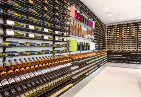 La bodega completamente llena tiene muchos vinos, aunque el anuncio no especifica cuántos [RE]
