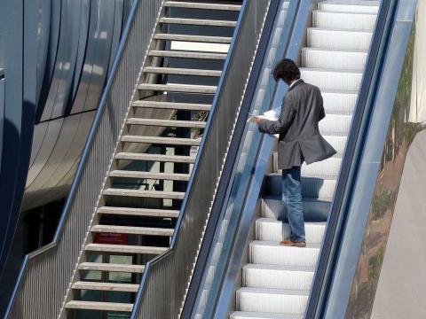hobre en escaleras mecánicas