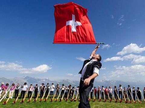 Hombre con bandera suiza [RE]