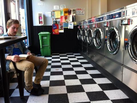 hombre en lavandería