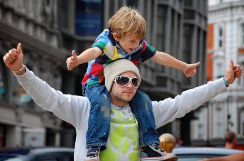 hombre con niño