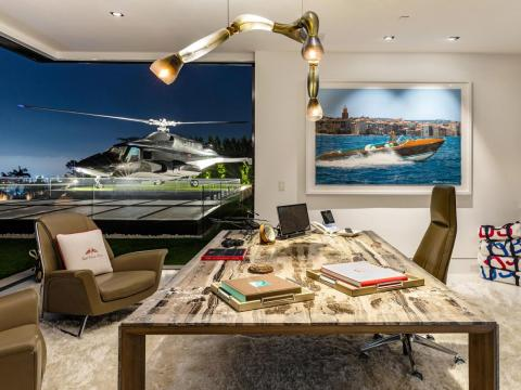 La casa estácompletamente amueblada y decorada con obras de arte, incluyendo un helicóptero decomisado del programa de los años 80 Airwolf [RE]