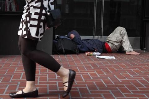 Persona sin techo tumbada en la calle
