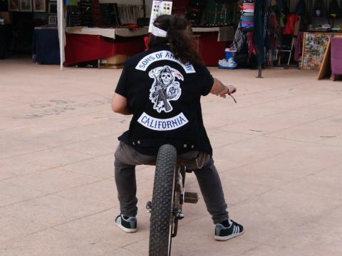 Un joven con la insignia de Sons of Anarchy