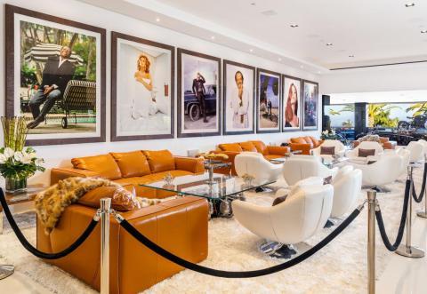 La sala de descanso está dispuesta como una zona VIP de un club, con una cuerda de terciopelo separándola del resto del salón [RE]