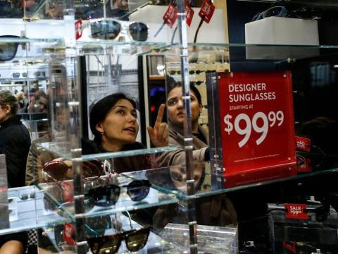 mujer comprando gafas