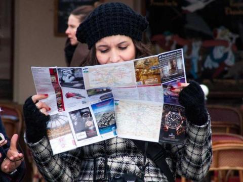 mujer con mapa