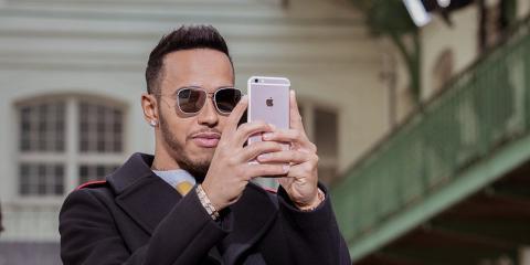 Neymar mirando las redes sociales [RE]