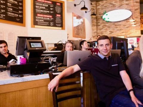 El vicepresidente de diseño de productos de Google, Nick Fox, se sentó con los técnicos de Google en el restaurante de hummus, donde la empresa realizó demostraciones para periodistas.