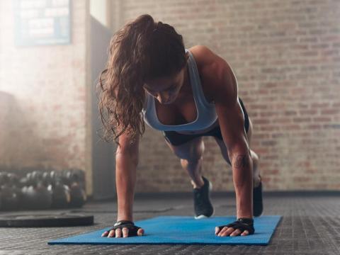 Otros tipos de entrenamiento muscular pueden incluir movimientos como abdominales o sentadillas