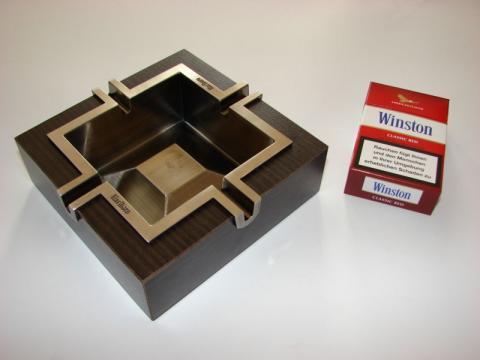 Un paquete de tabaco junto a un cenicero
