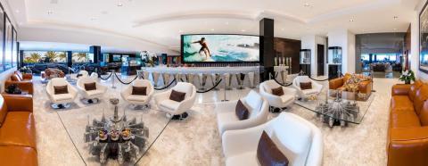 Televisores que salen de la nada pueden verse en muchas habitaciones e, incluso, en el exterior [RE]
