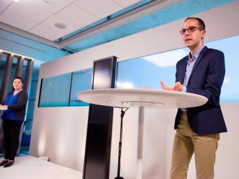 Dan Zafrir y Noa Ovadia se preparan con antelación para la guerra de palabras con la inteligencia artificial de IBM Project Debater, capaz de argumentar con humanos.