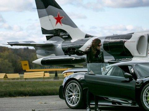 Elizabeth con uno de sus coches, el Porsche 918 Spyder Weissach Edition