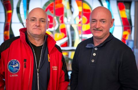 Scott Kelly, a la izquierda, y su hermano gemelo idéntico Mark Kelly