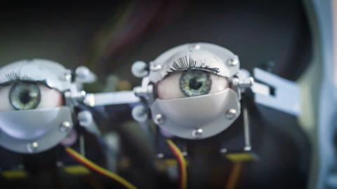 Robot que prueba coches en Opel
