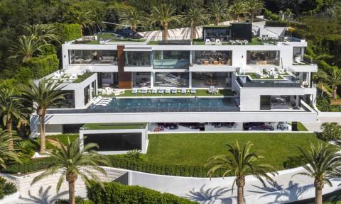Vista frontal de la mansión, distribuida en 3.530 metros cuadrados. Sólo las cubiertas exteriores tienen 1.579 metros cuadrados. En la planta baja hay un estacionamiento con más de 25,7millones de euros en automóviles coleccionables [RE]