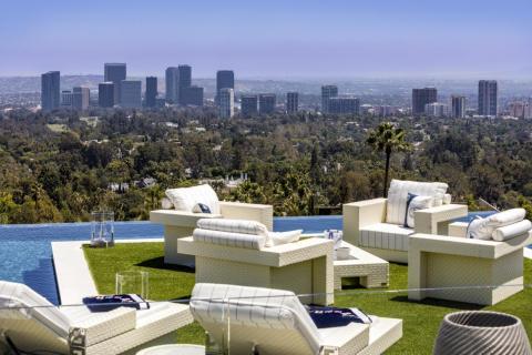 Situada en una colina, la casa ofrece una vista de 270 grados del área de Los Ángeles: una de sus características más preciadas [RE]