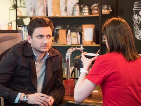 Hombre y mujer tomando algo