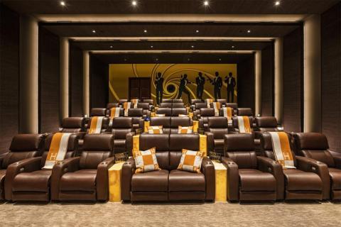 Realmente incomparables a la enorme sala de cine, que tiene espacio para 40 personas y su propio cartel de James Bond en la pared [RE]