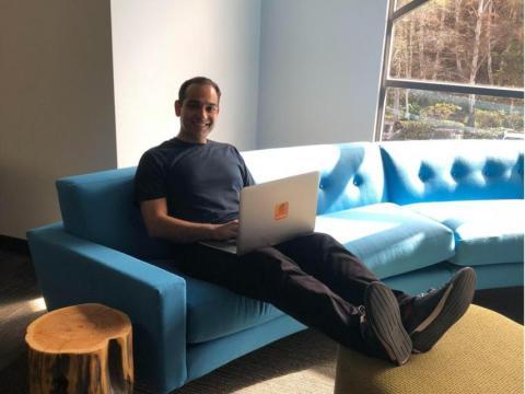 El CEO de SoundHound, Kelvin Mohajer, huye a un soleado rincón de la oficina del segundo piso cuando necesita trabajar en paz.