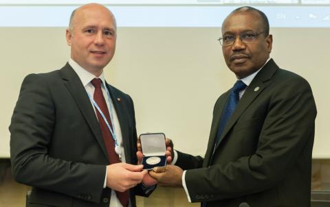 Valeriu Strelet (izquierda), junto a Hamadoun I. Touré, secretario general de la ITU