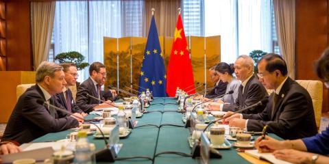 El vicepresidente de la UE para el empleo y el crecimiento económico, Jyrki Katainen (segundo por la izquierda), y el viceprimer ministro chino Liu He (segundo por la derecha).