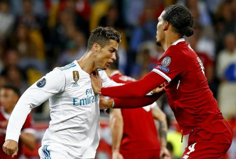 Virgil Van Dijk (derecha) empuja a Cristiano Ronaldo durante la final de la Champions League 2018