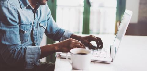 Tu firma puede tener links a tu página web o cuentas en redes sociales.