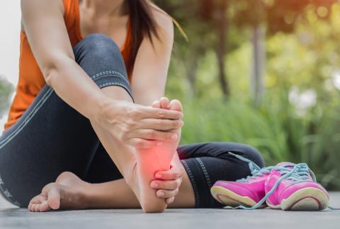 10 remedios naturales para los pies hinchados