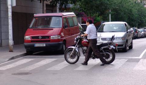 Por conducir una moto sin casco, la multa son 200 euros y tres puntos del carné.