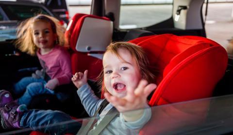 Cuando a un conductor le pillan por segunda vez con los niños sin sillita, el fiscal puede pedir una revisión de la patria potestad de los pequeños.
