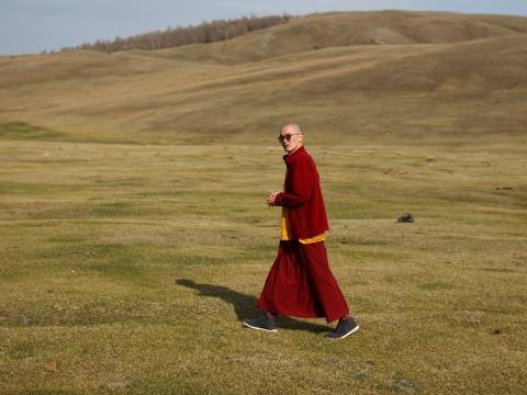 Lobsang Tayang, de 29 años, es uno de varios monjes 'millennial' que están rejuveneciendo el budismo en Mongolia.