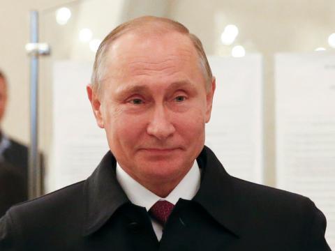 """""""Accidentalmente"""" le dio un anillo de la Superbowl a Putin y aún no lo ha recuperado"""
