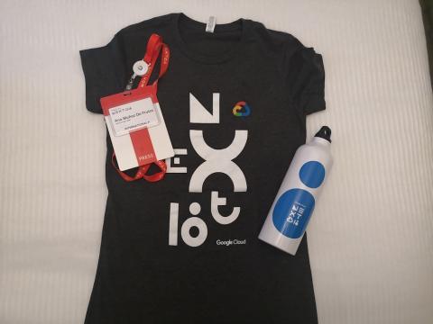 Badge, camiseta y cantimplora de Google Next 2018.